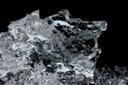 Eisklotz mit Himmelsreflexen