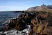 Blick üer die zerklüftete Küste zum Eystrahorn
