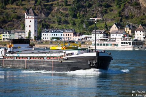 Drei Schiffe in der S-Kurve bei St. Goarshausen